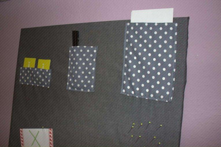 Pinnwand mit Stoff bezogen und Taschen aufgenäht