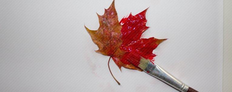 Textilfarbe auf das Blatt mit Pinsel auftragen