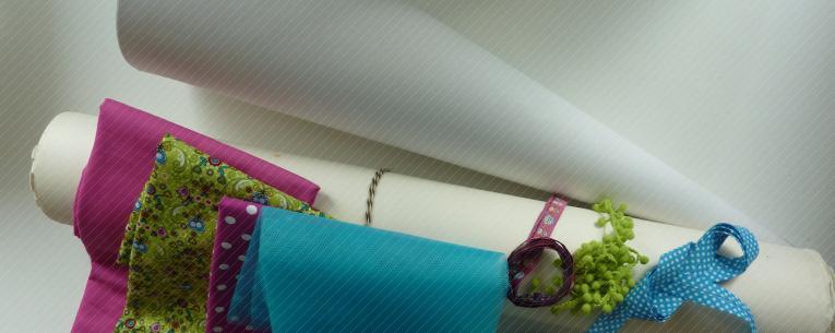 Material: Papierschultüte, Stoffe in verschiedenen Farben, Papierrolle, Bänder, Tüll, Faden, Schere