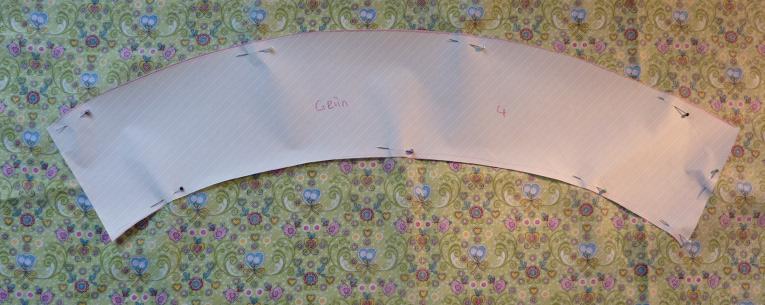Papier auf Stoffe festgesteckt