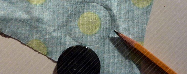 Knopfgröße auf den Stoff mit einen Stift übertragen