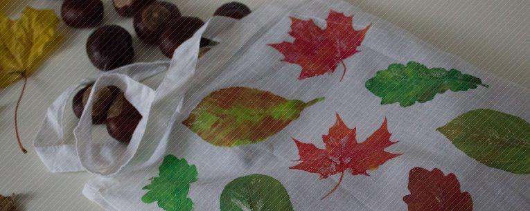 Beutel mit Blätterdruch, Kastanien und Blätter