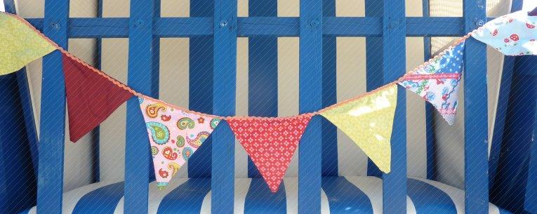 Wimpelkette aufgehangen an Strandkorb